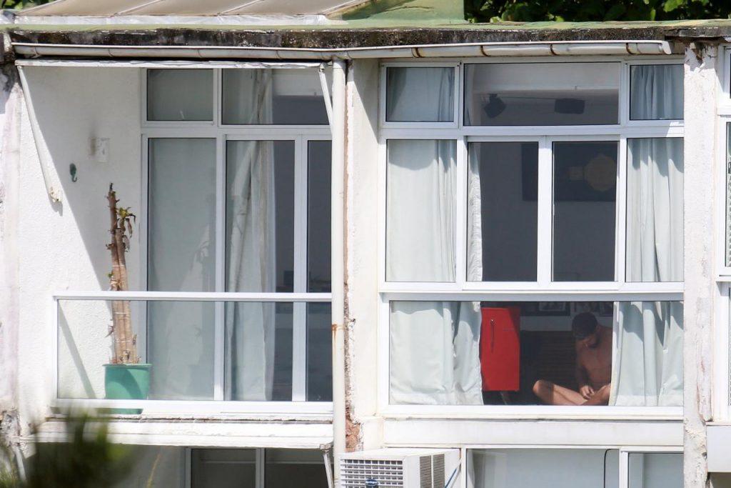 Cauã Reymond apanhado completamente nu à janela